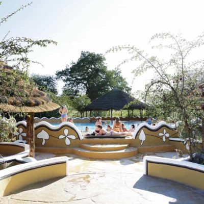19Planet Baobab - Swimming pool with guests