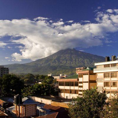 Blick auf den Mt. Meru von der Terasse des Jevas Hotels
